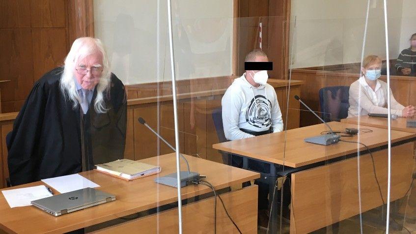 Prozessauftakt in Oldenburg: (von links) Verteidiger Reinhard Nollmann, der Beschuldigte und eine Dolmetscherin. Foto: Höffmann