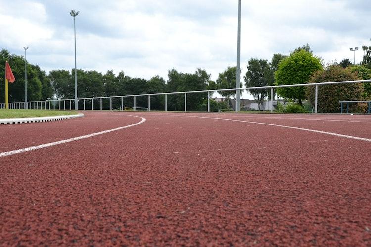 Kein Weltrekord drin: Die marode Tartanbahn auf der Leichtathletikanlage an der Ringstraße muss erneuert werden. Foto: G. Meyer