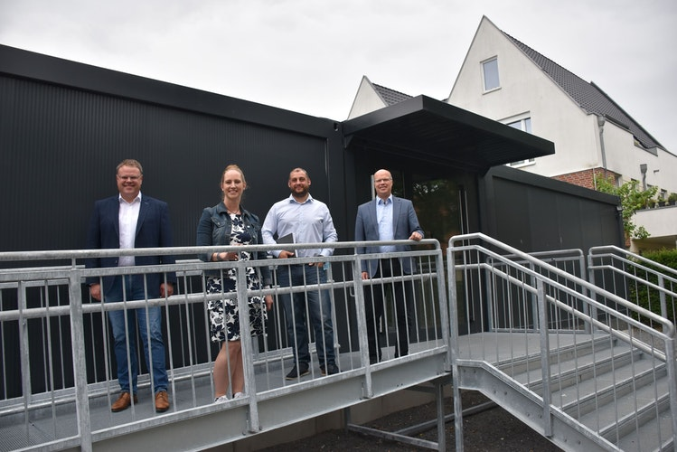 Die Containeranlage verfügt über einen behindertengerechten Aufgang. Davon haben sich (von links) Tobias Gerdesmeyer, Sabrina Schröder, Sergej Garrecht und Gert Kühling überzeugt. Foto: Timphaus