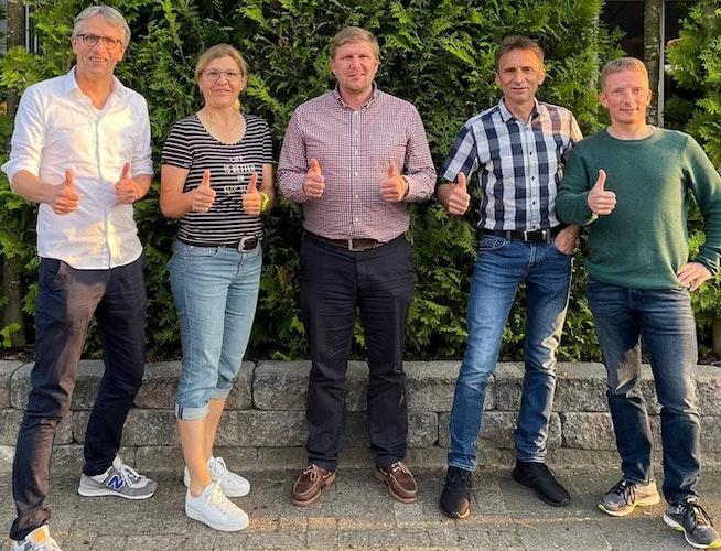 Daumen hoch für das Laufcup-Comeback: Die Organisatoren Antonius Schröer, Maik Escherhaus, Franz Steinkamp und Markus Klene (von links) mit Annette Tabeling (Volksbank). Foto: Schröer