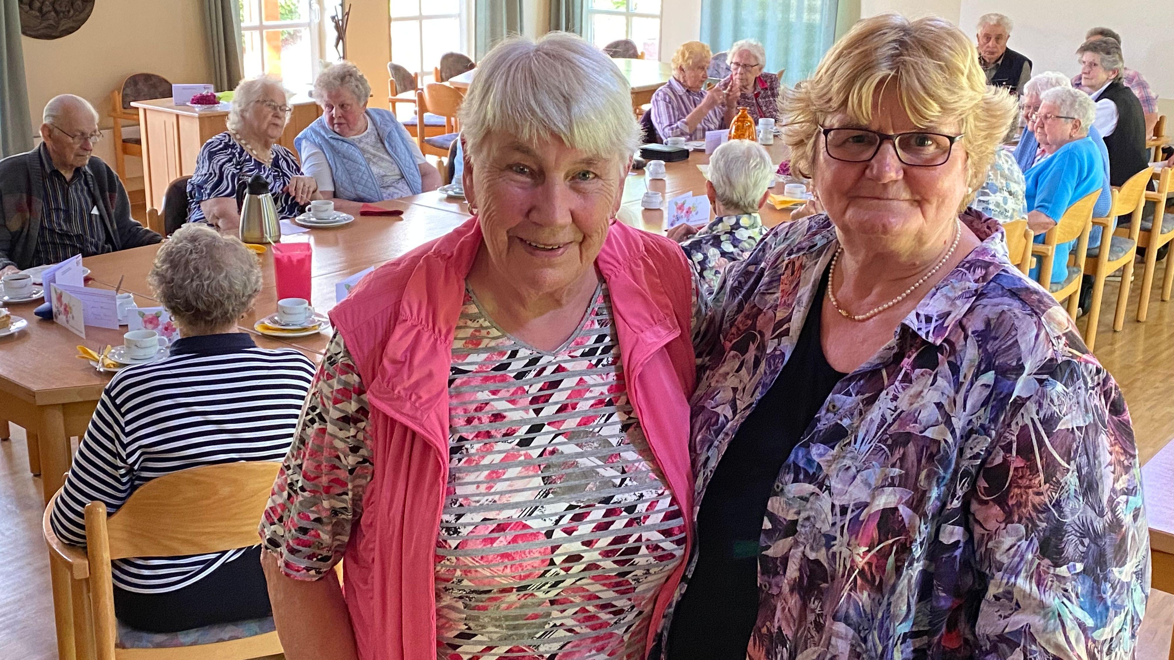 Stabwechsel: Maria Hömmen (links) gibt nach 30 Jahren die Leitung der Altenoyther Seniorengemeinschaft an Gerda Elsen-Dieckmann ab. Foto: Claudia Wimberg