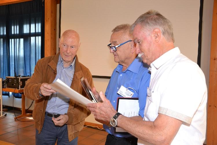 Wertvolle Dokumente und historische Fotos übergab der frühere Kommodore Jörg Rappke bei der Einweihungsfeier an Peter Pasternak und Dieter Hasebrink (von links). Foto: Bernd Götting