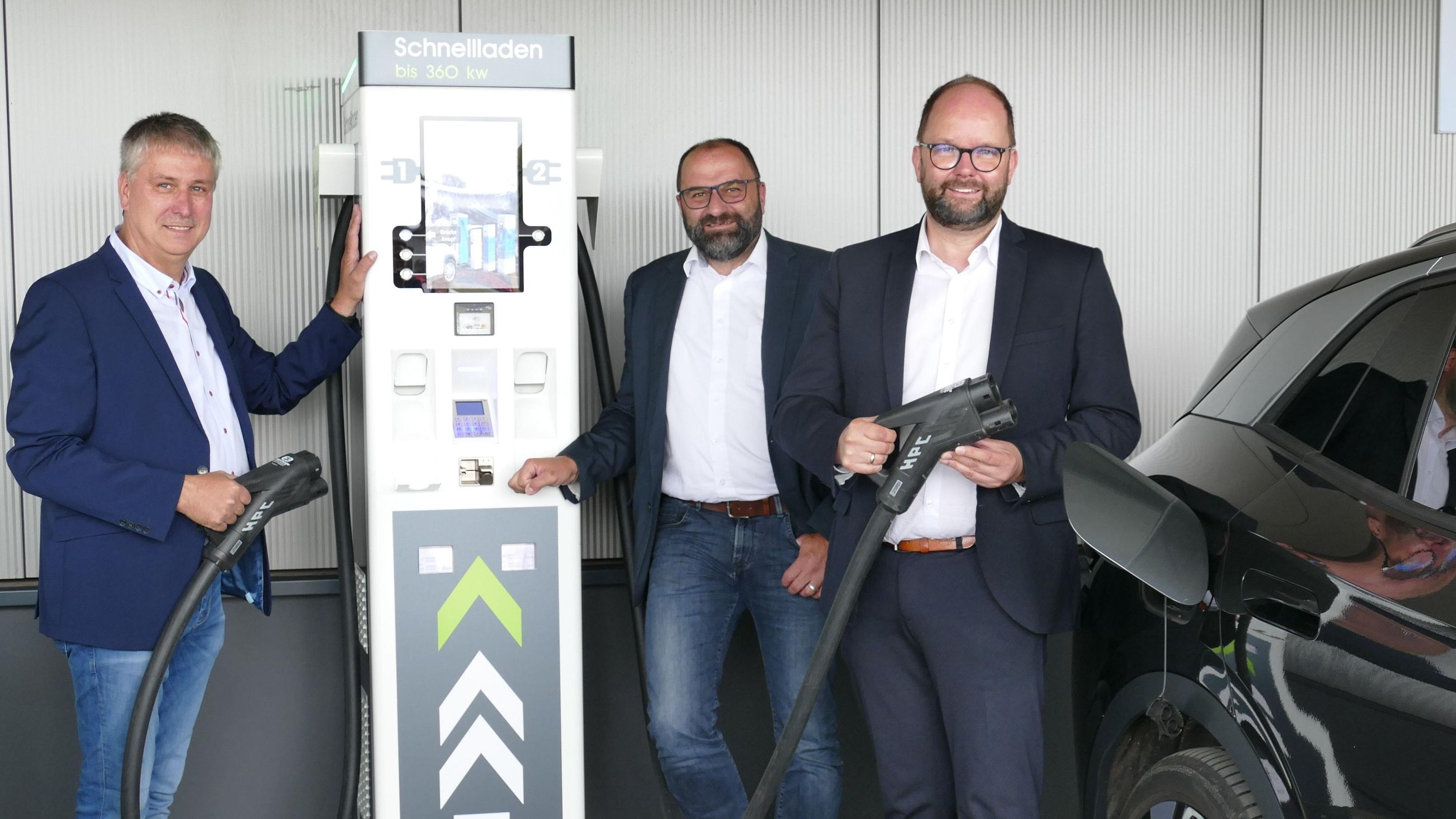 Volltanken bitte: Landrat Johann Wimberg (von rechts), Friesoythes Bürgermeister Sven Stratmann und Unternehmer Bernd Plaggenborg eröffneten am Freitag einen großen Ladepark für E-Autos am C-Port. Foto: Stix