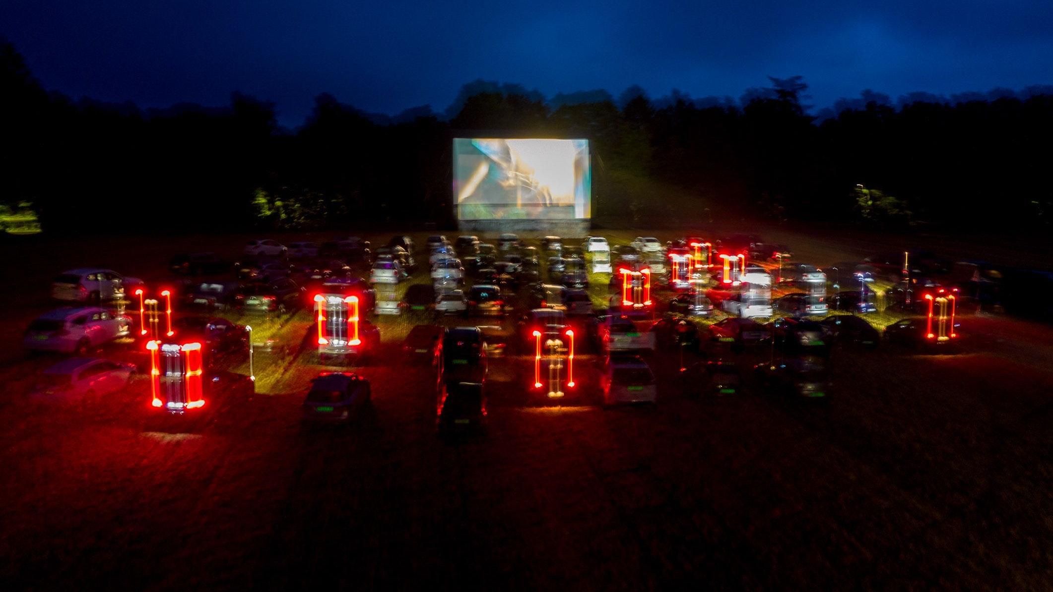 Filmatmosphäre im Abenddunkel: Mehrere 100 Besucher nutzten am Wochenende die Gelegenheit für einen Autokinoabend. Foto: Wenzel