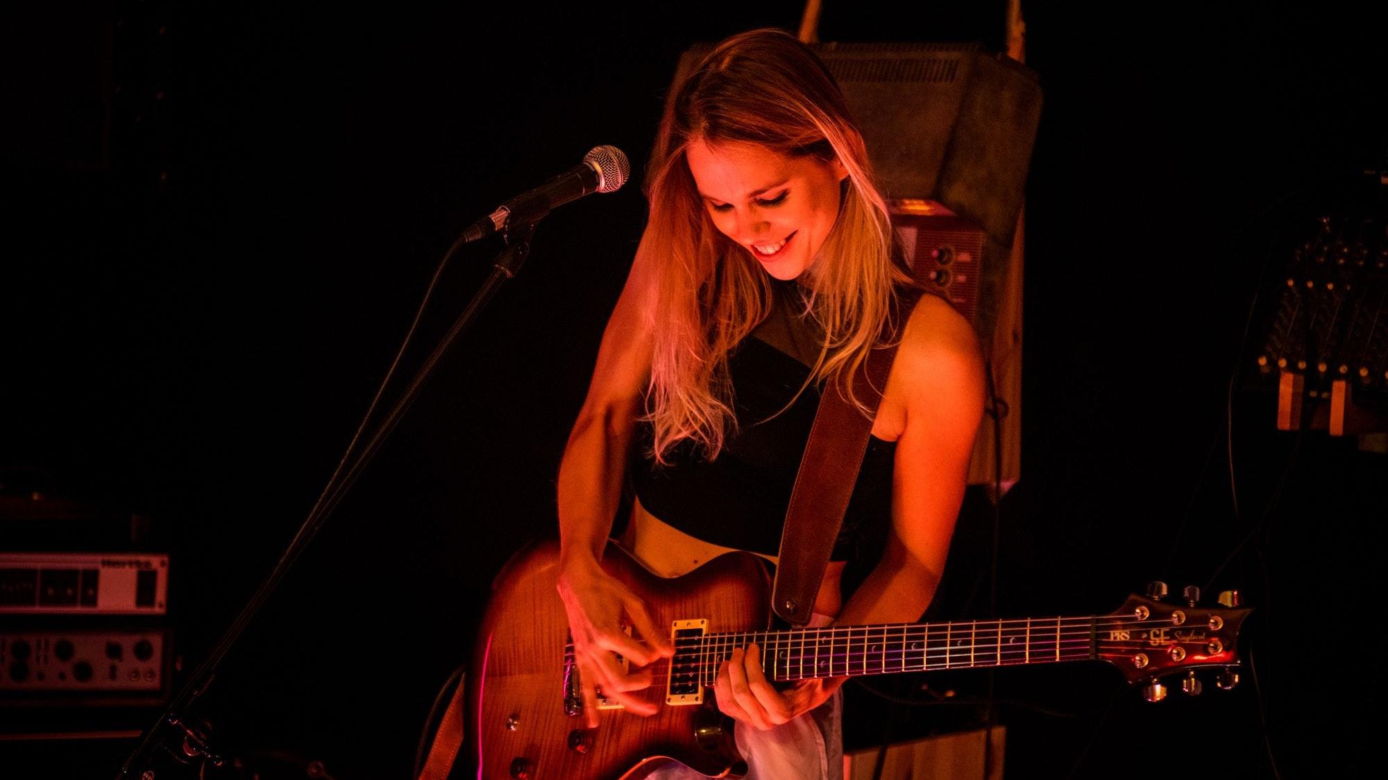 Mit ihrem Instrument: Astrid Schöning.Foto: Gaelle Beri