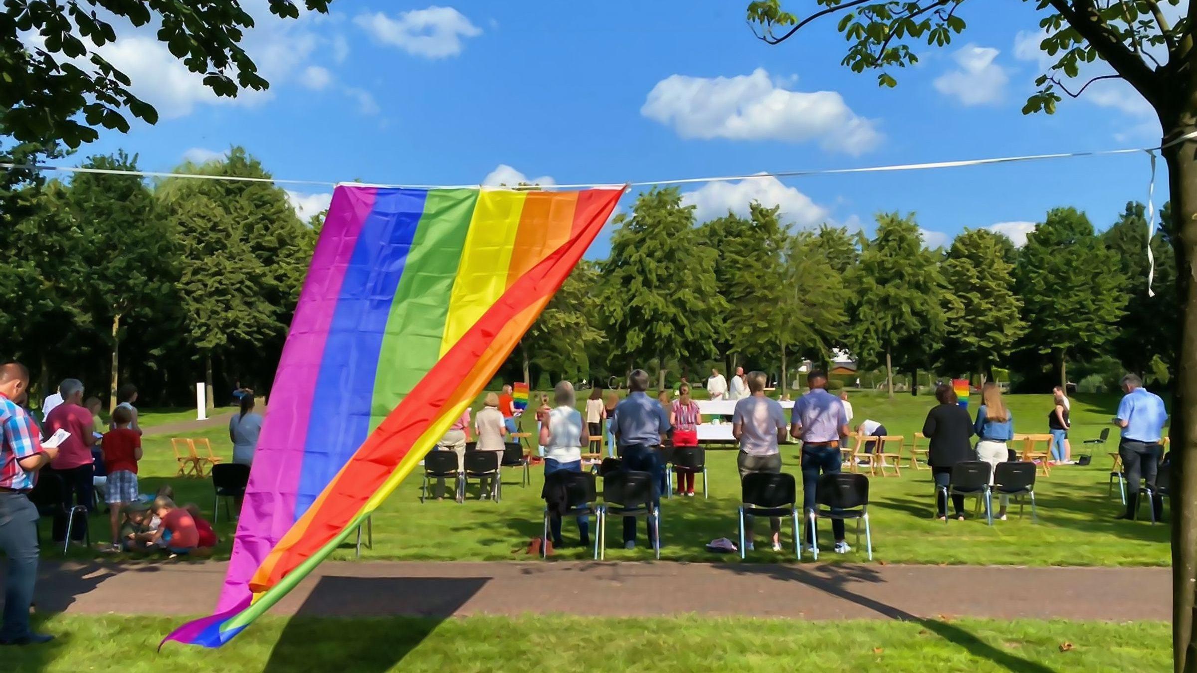 Starkes Symbol: Der Regenbogen stand im Mittelpunkt des Open-Air-Gottesdienstes. Foto: Ruby Wright