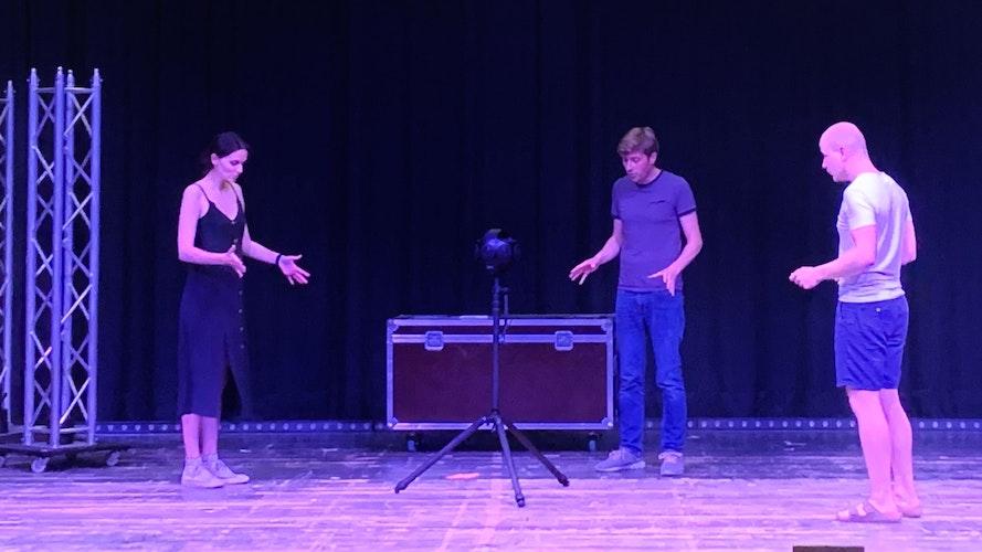 Inszenierung im 3D-Raum: (von links) Carolin Schewe-Middendorf, Stefan Middendorf und Max Möhlmann proben an der 360-Grad-Kamera. Foto: Stilkenböhmer