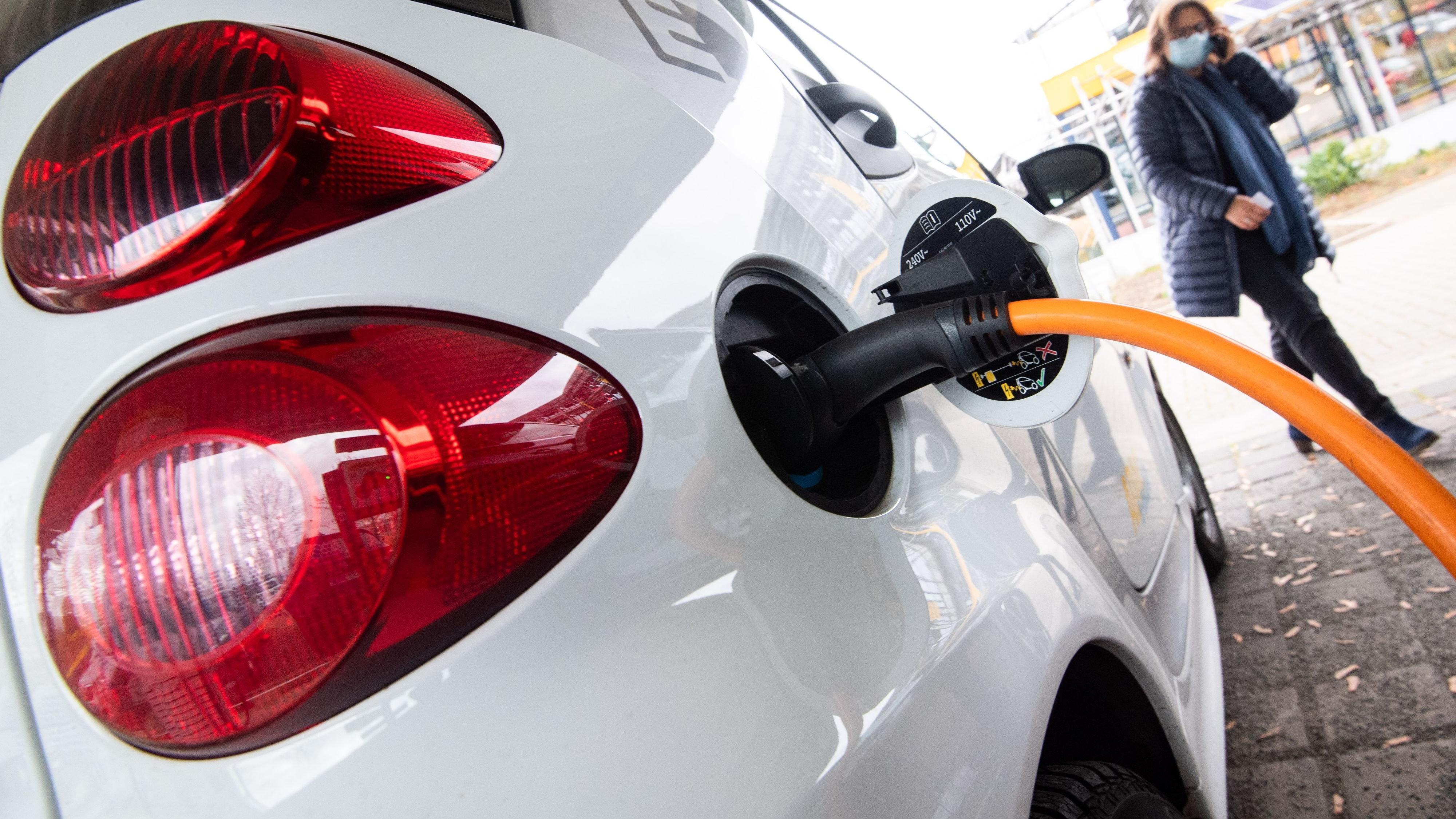 Im Kommen: Der Anteil von E-Fahrzeugen nimmt zu. Dafür werden Ladestationen gebraucht. Symbolfoto: dpa/Julian Stratenschulte