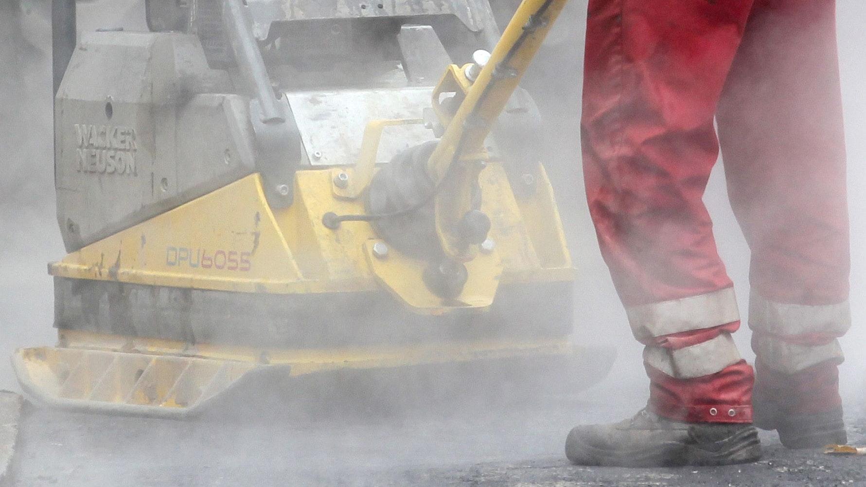 Sind die umstrittenen Straßenausbaubeiträge in Holdorf möglicherweise bald adé? Die Einwohner werden jedenfalls aufgerufen, ein Votum abzugeben. Foto: Roland Weihrauch/dpa