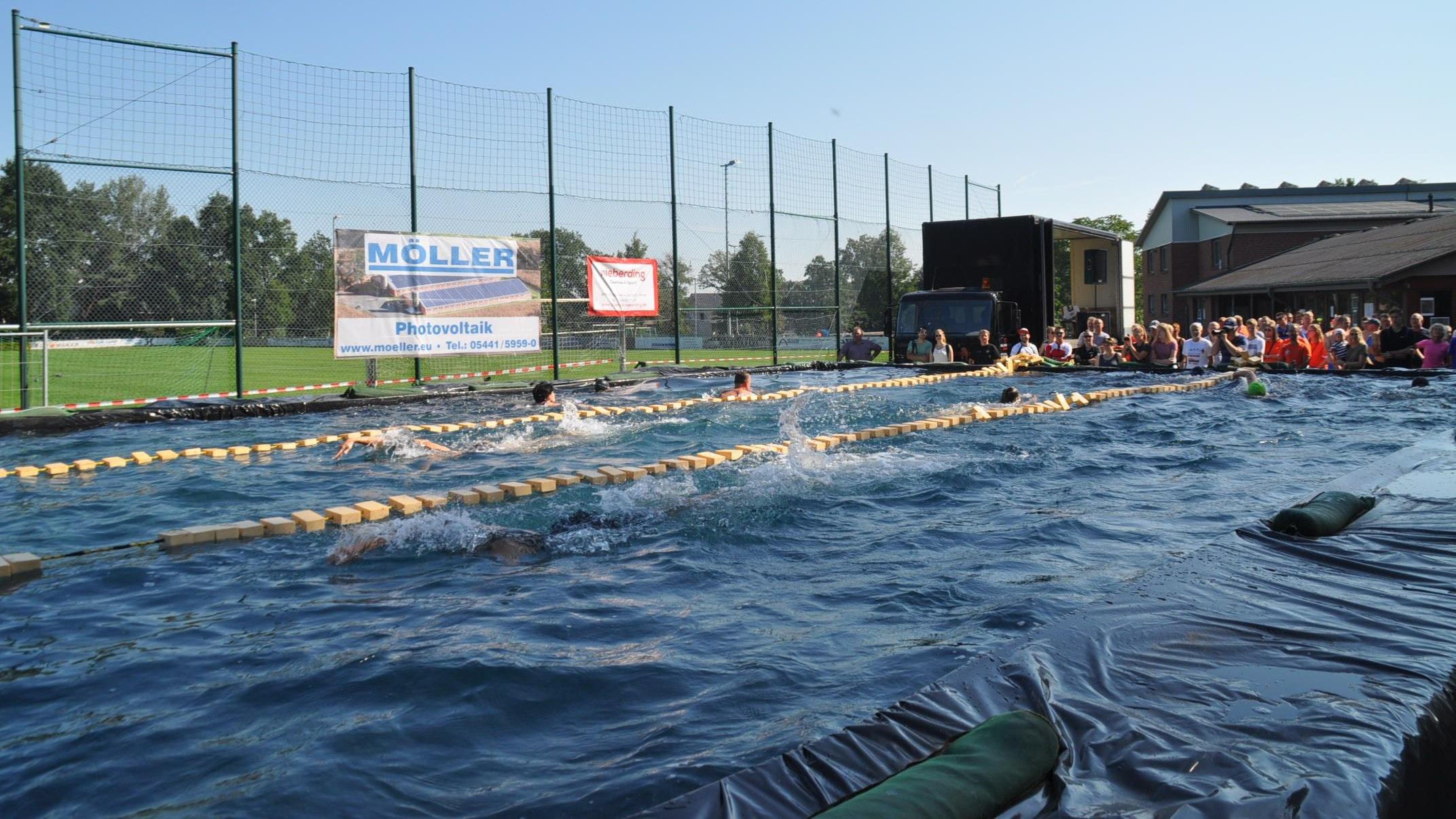 Schwimmspektakel auf dem Kroger Sportplatz: Eine Impression von der Premiere des Strohbecken-Triathlons im August 2019. Diesmal soll das Becken noch drei Meter breiter werden. Fotos: Andrea Kuchenbuch