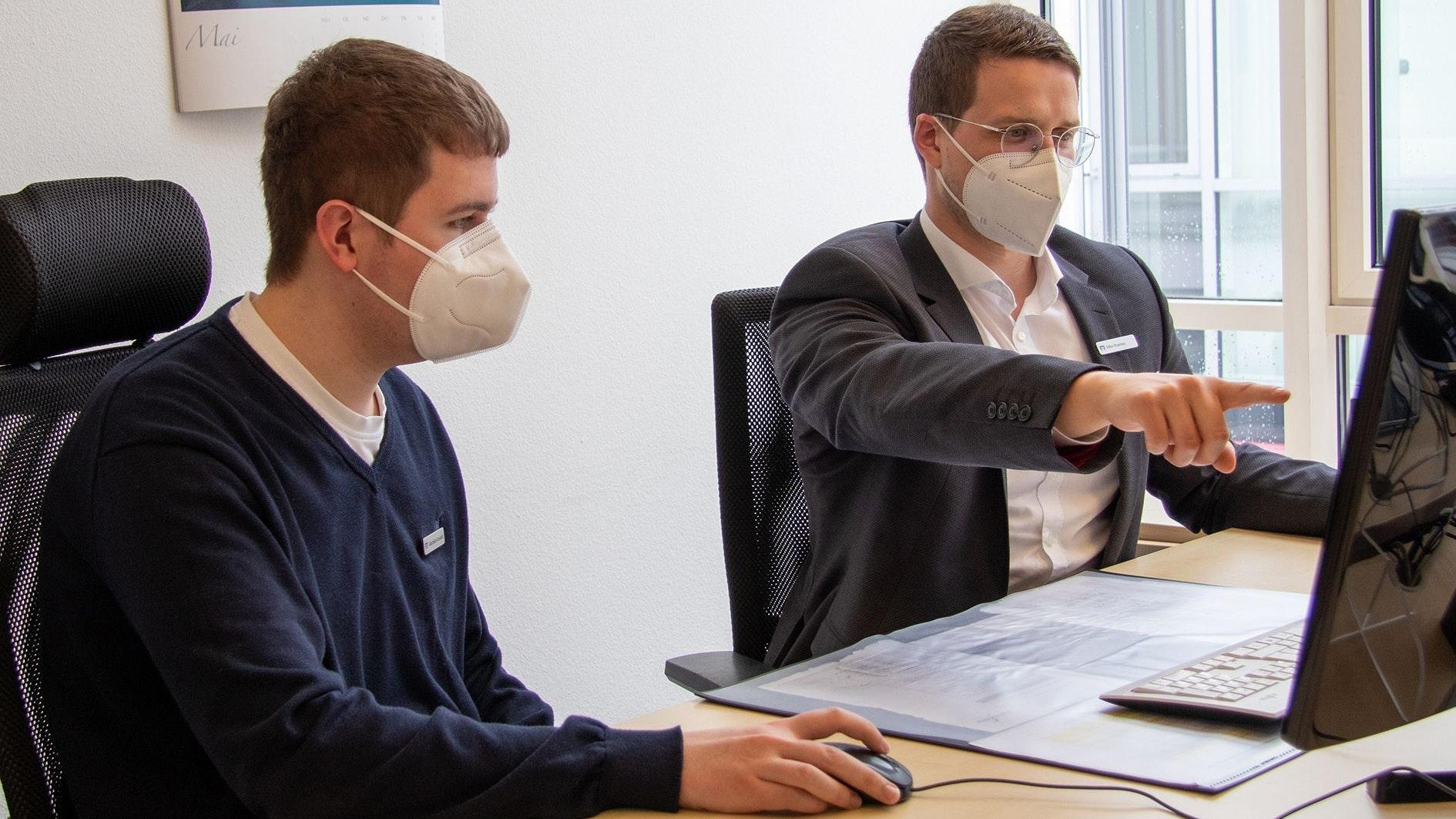 Mike Rosenau (rechts) steht Maximilian Kowalski mit Rat und Tat zur Seite. Foto: Volksbank